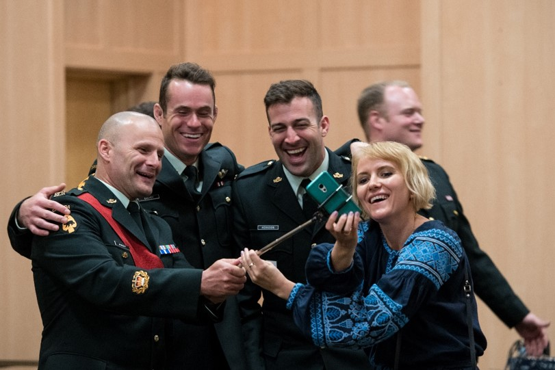 Members of 3RCR Roto 4 Op UNIFIER posing for a grateful attendee (spouse of the Defence Attaché of Ukraine) at the UWVA – CAF Appreciation Event held in Toronto on 1 Jun 2018.